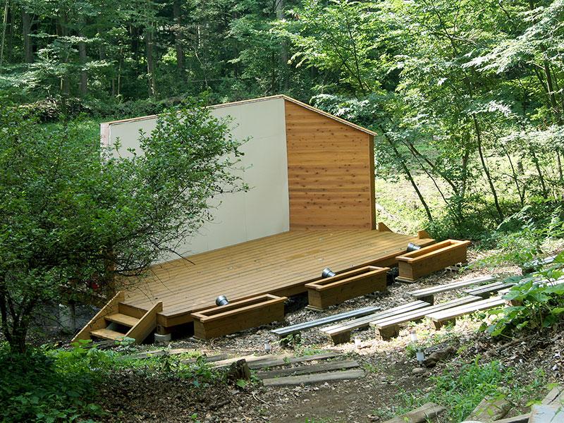 森の中の野外ステージ